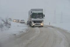 在雪风暴的路 库存照片