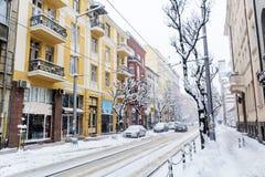 在雪风暴的都市街道 免版税库存图片