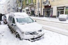 在雪风暴的都市街道 库存图片