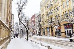 在雪风暴的都市街道 免版税图库摄影