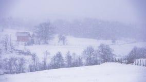 在雪风暴,山Kozomor期间,环境美化与小山和领域 免版税库存图片