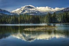 在雪风暴, Manzanita湖,拉森火山国家公园以后的拉森火山 免版税库存图片