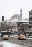 在雪,伊斯坦布尔,土耳其Sisli区下的Sisli清真寺  库存照片