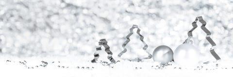 在雪,冬天t的杉树转台式切削刀和圣诞节球 库存照片