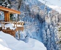在雪的木滑雪瑞士山中的牧人小屋 免版税库存图片