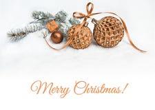 在雪,文本空间的两个红色圣诞节中看不中用的物品 免版税库存图片