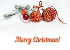 在雪,文本空间的两个红色圣诞节中看不中用的物品 免版税库存照片