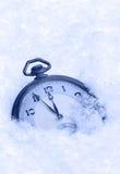 在雪,新年快乐贺卡的怀表 库存图片