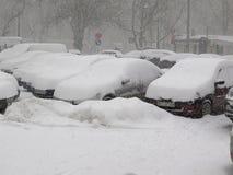 在雪,自然灾害冬天,飞雪下的汽车,大雪麻痹了城市,崩溃 积雪旋风欧洲 库存图片