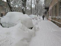 在雪,自然灾害冬天,飞雪下的汽车,大雪麻痹了城市,崩溃 积雪旋风欧洲 免版税图库摄影