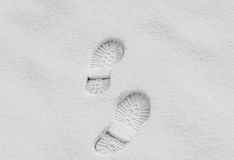 在雪,起动室外的标记关闭的脚步 免版税库存图片