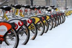 在雪以后的CityBike维也纳 库存图片