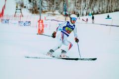 在雪以后结束浪花的年轻人滑雪者在俄国杯期间的在高山滑雪 库存照片
