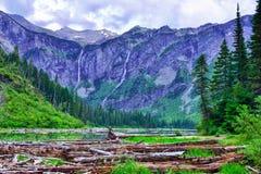 在雪崩背景级联的峭壁下来冰川冰川headwall湖国家公园之上几谷瀑布 免版税库存照片