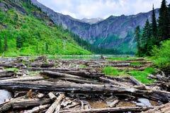 在雪崩背景级联的峭壁下来冰川冰川headwall湖国家公园之上几谷瀑布 库存图片