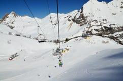 在雪滑雪道上的升降椅 免版税库存照片