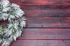 在雪结霜的传统杉木圣诞节花圈 免版税库存照片