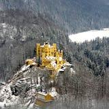 在雪Hohenschwangau城堡的黄色城堡在菲森德国欧洲 免版税图库摄影