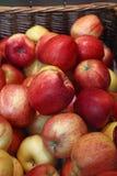在零售市场关闭的新鲜的红色苹果 免版税库存照片