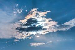 在雷云后的太阳 免版税库存图片
