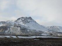 在雷克雅未克附近的被冰的山峰 免版税库存照片