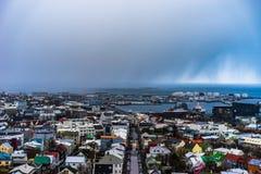 在雷克雅未克,冰岛的看法,当雪风暴来在城市 免版税库存照片