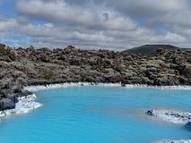 在雷克雅未克,冰岛附近的美丽的蓝色盐水湖 免版税图库摄影