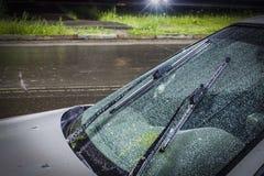 在雷暴和雨期间在,水美好的滴在汽车的挡风玻璃的有玻璃清洁剂的打开了, 库存图片