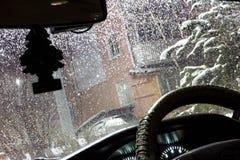 在雷暴和雨期间在,水美好的滴在汽车的挡风玻璃的有玻璃清洁剂的打开了, 免版税库存图片