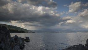 在雷暴在克罗地亚海岸上,暴风云的时间间隔的彩虹在力耶卡的 影视素材