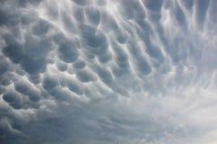 在雷暴期间的剧烈的不祥的mammatus云彩 免版税库存照片