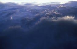 在雷雨云之上的飞行。 免版税库存图片