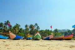 在雷鬼摇摆乐颜色的小渔船在海洋反对天空蔚蓝的海滩海滨 印度,果阿,马哈拉施特拉 库存图片