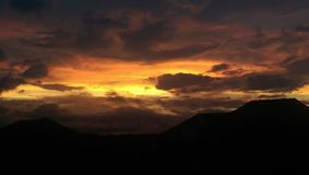 在雷暴以后的橙色天空 库存图片