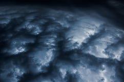 在雷暴旋风对比图象前的剧烈的天空从上面 免版税库存照片