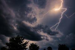 在雷暴期间的闪电 免版税库存图片
