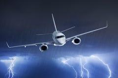 在雷暴的乘客飞机 免版税图库摄影