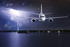 在雷暴的乘客飞机 库存图片