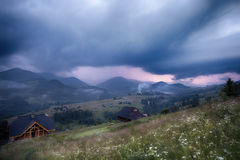 在雷暴的山农村风景 库存图片