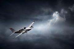 在雷暴的飞机 免版税图库摄影
