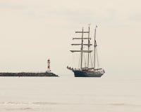 在雾三被上船桅对码头 图库摄影