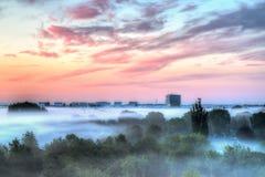 在雾上的大厦 免版税库存照片