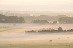 在雾之上的日出 库存照片