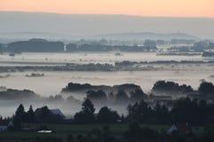 在雾之上的日出 免版税库存图片