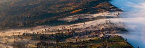 在雾包括的村庄 免版税图库摄影