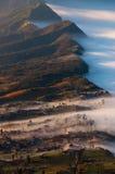 在雾包括的村庄 库存图片