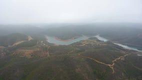 ?? 在雾和云彩的飞行的寄生虫在小山在蒙西克葡萄牙 股票视频