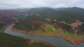 ?? 在雾和云彩的飞行的寄生虫在小山在蒙西克葡萄牙 影视素材