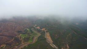 ?? 在雾和云彩的飞行的寄生虫在小山在蒙西克葡萄牙 股票录像