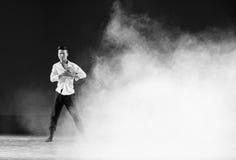 在雾和阴霾现代舞蹈的奋斗 免版税库存图片